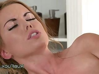 Chestnut hottie pussy massaged by blonde